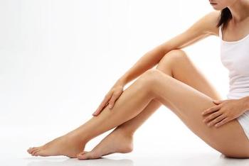 Trucos naturales contra las piernas cansadas y los calambres